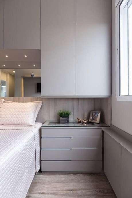 31. Guarda-roupa embutido com cama: observe que os spots de luz trazem charme para o cômodo. Fonte: Revista VD