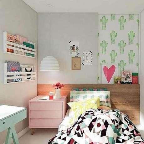 24. Quarto infantil feminino pequeno decorado com papel de parede de cactos e criado mudo cor de rosa – Foto Manga Rosa Arquitetura