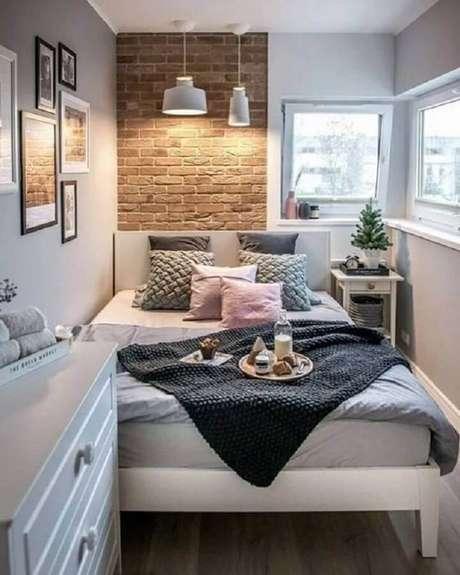 39. Decoração de quarto feminino pequeno com parede tijolinho -Foto EstiloyDeco