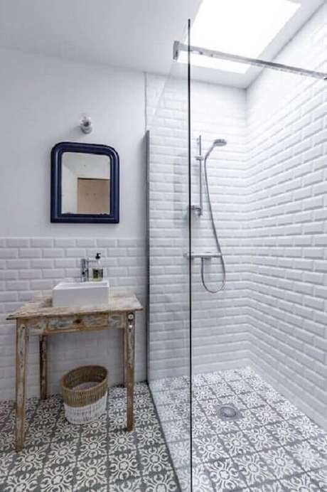 48. Azulejo para parede de banheiro branco decorado com piso antigo. Foto: Editions de l'Arkhan