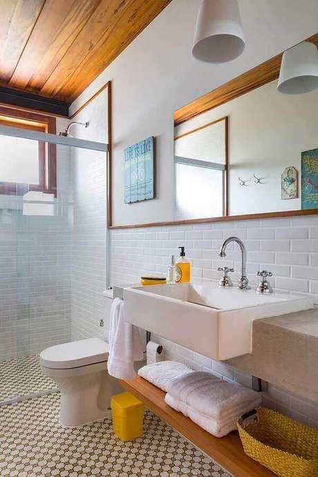 27. Decoração simples com azulejo de banheiro branco. Foto: Home Fashion Trend