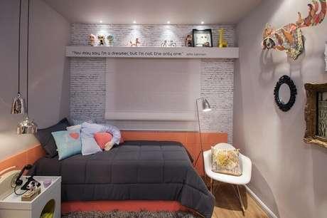 11. Quarto juvenil feminino pequeno cinza e rosa decorado com papel de parede tijolinho – Foto Sartori Design