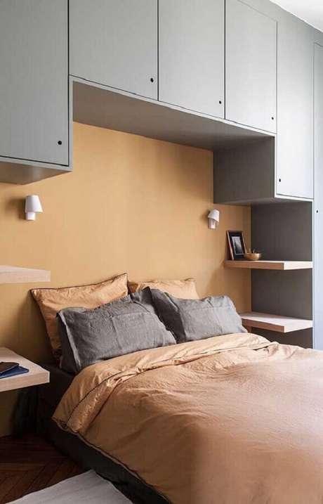 26. Guarda-roupa de casal com cama embutida otimiza o espaço no dormitório. Fonte: Pinterest