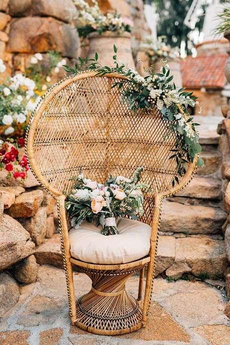 29. Poltrona de vime decorada com flores – Foto Pintrest
