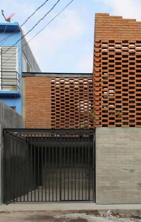 44. Portão de ferro preto em projeto de casa diferente com tijolinho à mostra. Foto de Pinterest