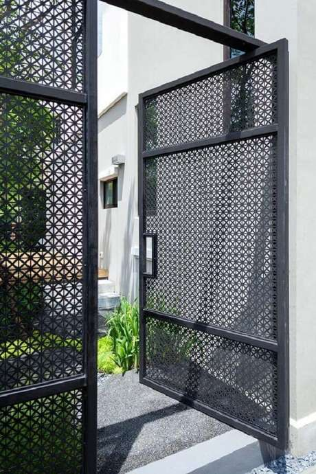 5. Modelo de portão vazado de ferro com abertura simples. Fonte: Pinterest
