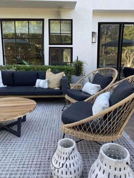 38. Poltrona de vime na varanda de casa moderna – Foto Beckiowens