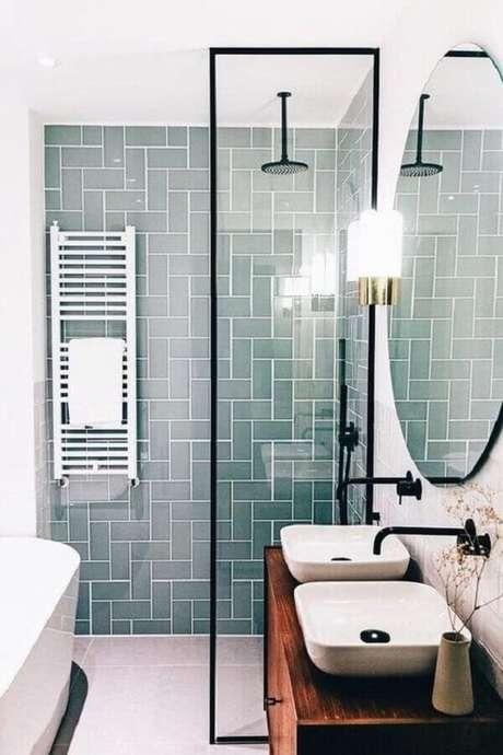 38. Decoração com gabinete de madeira e azulejo para box de banheiro cinza. Foto: Homify