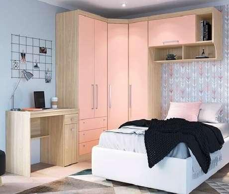 15. Decoração em tons de rosa conta com guarda-roupa com cama embutida de solteiro. Fonte: Pinterest