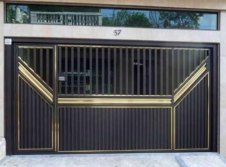 73. Casa com portão de ferro preto e detalhes dourados. Foto de CRO Portões