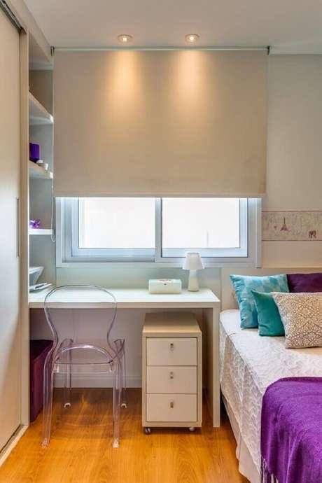 45. Decoração para quarto pequeno feminino com escrivaninha branca planejada – Foto Rúbia M. Vieira Interiores