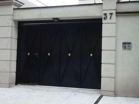 17. Exemplo de portão de ferro preto com detalhes em dourado. Foto de Pinterest