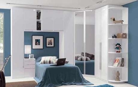 23. Guarda-roupa com cama embutida de solteiro na cor branca. Fonte: Pinterest