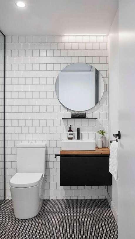 36. Decoração minimalista com azulejo de banheiro branco e preto com gabinete pequeno suspenso. Foto: One Kindesign