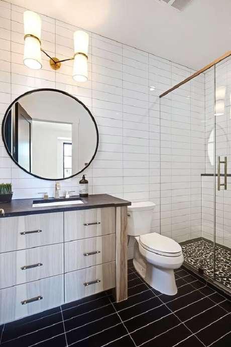 44. Decoração com azulejo de banheiro branco e piso preto. Foto: Apartment Therapy
