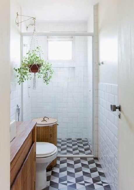15. Azulejo de parede para banheiro pequeno decorado com piso geométrico. Foto: Histórias de Casa