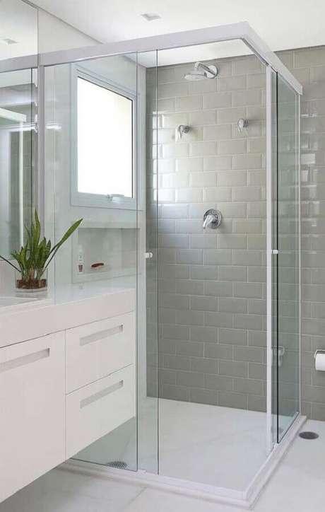 47. Decoração clean com azulejo para box de banheiro cinza claro. Foto: Jeito de Casa