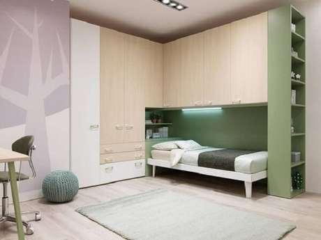 37. Modelo de guarda-roupa com cama embutida de solteiro traz espaço e aconchego para o morador. Fonte: Moretti Compact