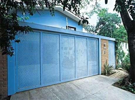 18. Portão de ferro azul combinando com a fachada da casa de mesma cor. Foto de Pinterest