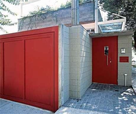 49. Portão de ferro vermelho combinando com a porta. Foto de Reforma em Geral