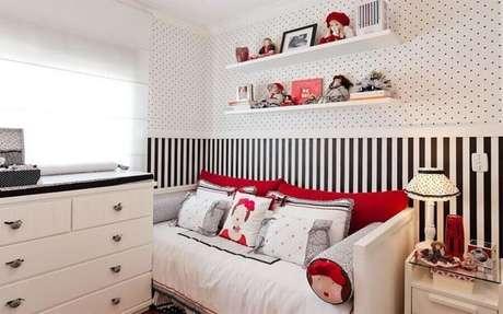 12. Papel de parede para decoração de quarto feminino pequeno branco e preto com detalhes em vermelho – Foto Pinterest