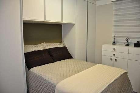 20. Dormitório pequeno decorado com guarda-roupa com cama embutida. Projeto por Serra Vaz Arquitetura