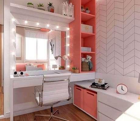 19. Quarto feminino pequeno branco e rosa decorado com penteadeira planejada com iluminação – Foto Pinterest