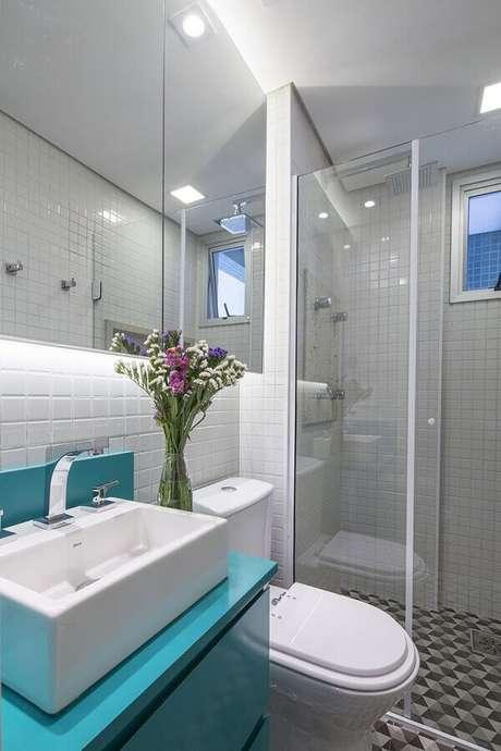 13. Azulejo para parede de banheiro azul e branco decorado com gabinete planejado. Foto: Architizer