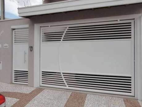 28. Foto de portão de ferro branco combinando com a porta ao lado. Foto de Fábrica de Portão