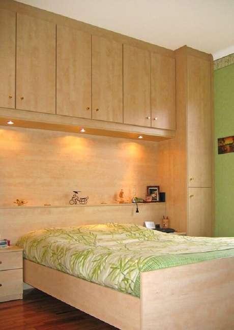 18. Decoração rústica com cama embutida com guarda-roupa de madeira. Fonte: Pinterest