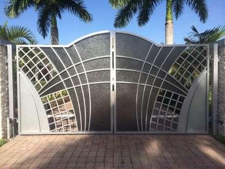 13. Inspire-se nas fotos de portões de ferro que escolhemos para escolher ou mandar fazer o seu! Foto de Fenesta