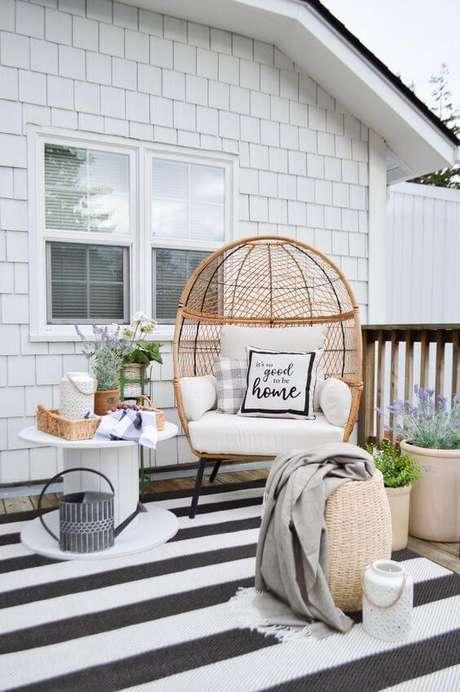 22. Poltrona de vima na varanda preto e branco – Foto Pinterest