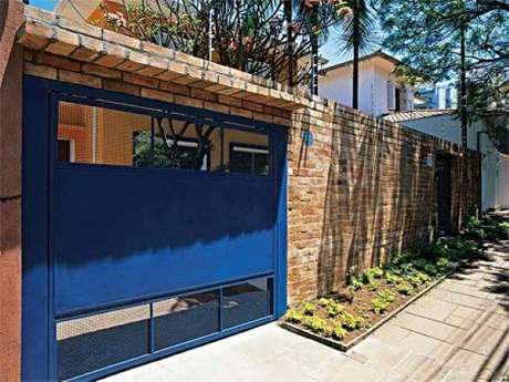 62. Portão de ferro azul em casa com muro de tijolinhos. Foto de Vai Com Tudo