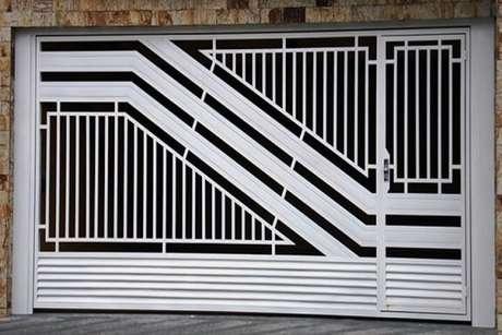 35. Portão de ferro branco em muro de pedras. Foto de JD Serralheria Piracicaba