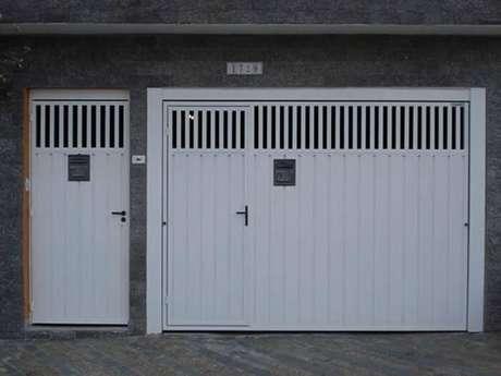 63. Portão de ferro branco com porta embutida e porta combinando ao lado. Foto de Soluções Industriais