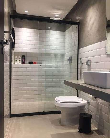 22. Parede de cimento queimado e azulejo de banheiro branco decoram o espaço. Fonte: Pinterest