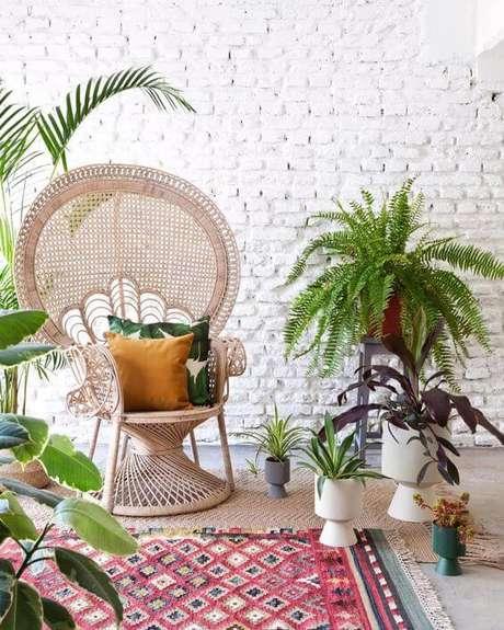 51. Sala moderna com poltrona de vime e almofadas amarelas e verdes – Foto We Heart It