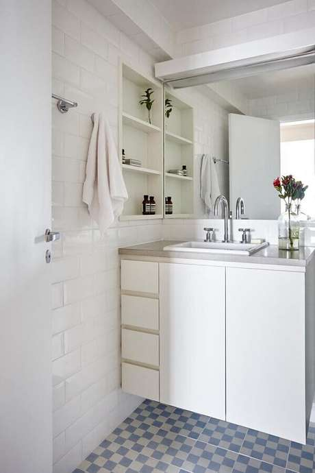 16. Modelos de azulejos para banheiro simples decorado todo branco. Foto: Homify