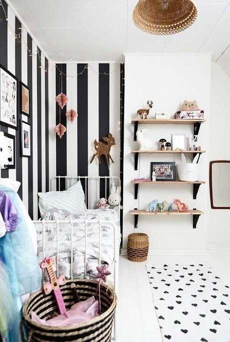 57. Quarto infantil feminino pequeno branco decorado com papel de parede listrado preto e branco – Foto Home Fashion Trend