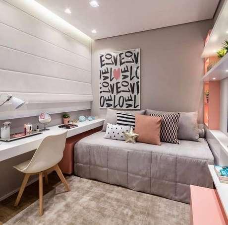 37. Decoração de quarto feminino pequeno cinza e rosa com bancada de estudos planejada – Foto Quartos Etc
