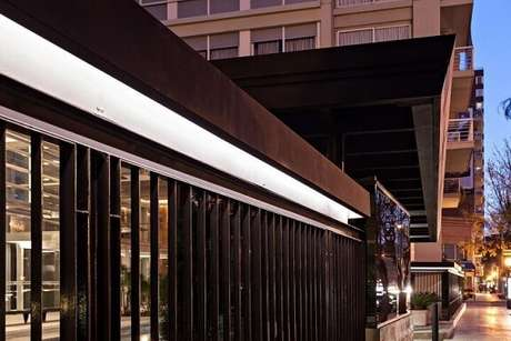 25. Fachada comercial com portão de ferro preto. Projeto de Estudio Sespede