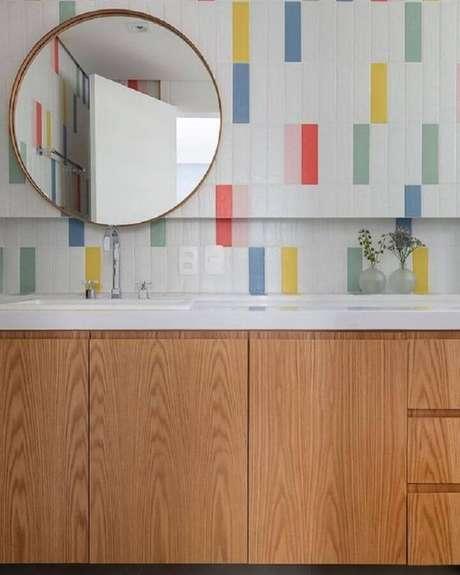 43. Decoração com azulejo de banheiro com detalhes coloridos. Foto: Lurca Azulejos