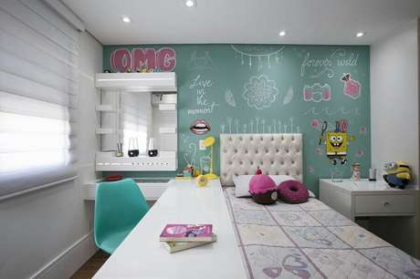 41. Decoração divertida para quarto juvenil feminino pequeno com parede verde água e móveis planejados – Foto Gerson Dutra de Sá
