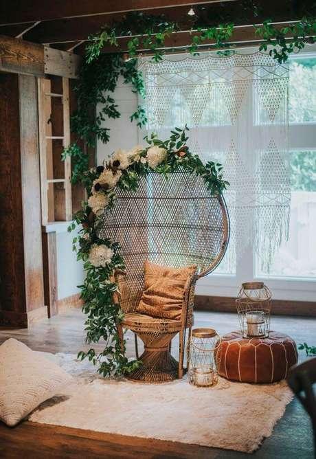 30. Poltrona de vime decorada com flores na sala de estar – Foto Darling Cashmere
