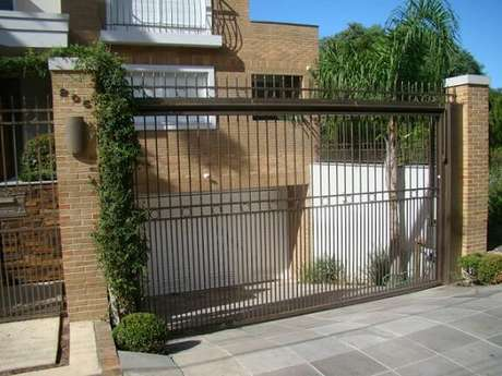 11. O portão de ferro vazado pode valorizar mais a sua fachada pois expõe mais o seu projeto. Foto de Imix Serralheria