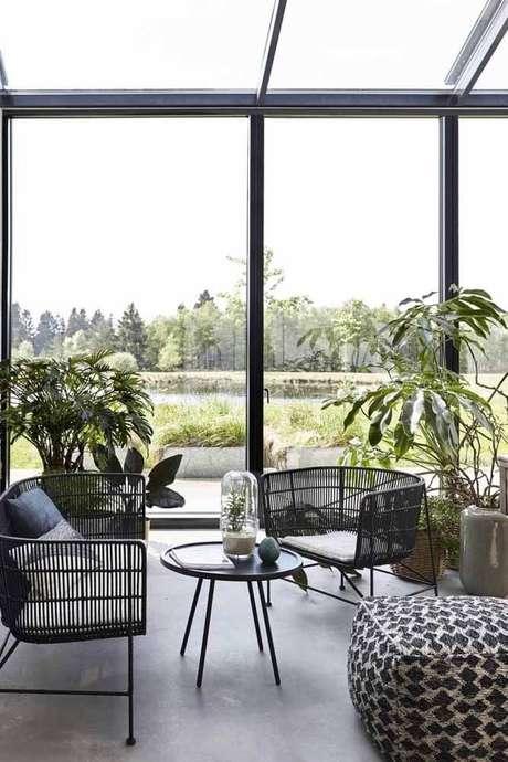 13. Conjunto de sofá e poltrona de vime preto para varanda – Foto Pinterest
