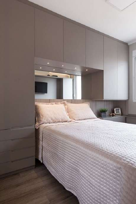43. O criado-mudo planejado faz parte desse projeto de cama embutida com guarda-roupa. Fonte: Ambientta Arquitetura