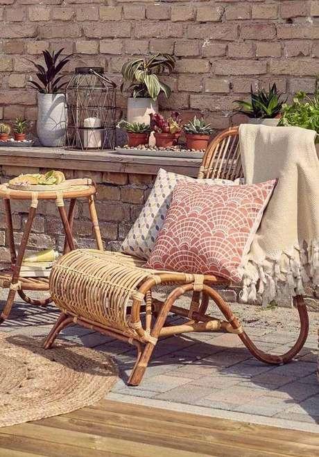 28. Poltrona de vime com almofadas de tecido confortáveis – Foto Decor Fácil