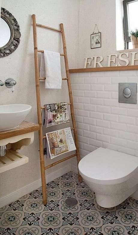 52. Azulejo de banheiro simples decorado em cores neutras com piso antigo. Foto: Pinterest