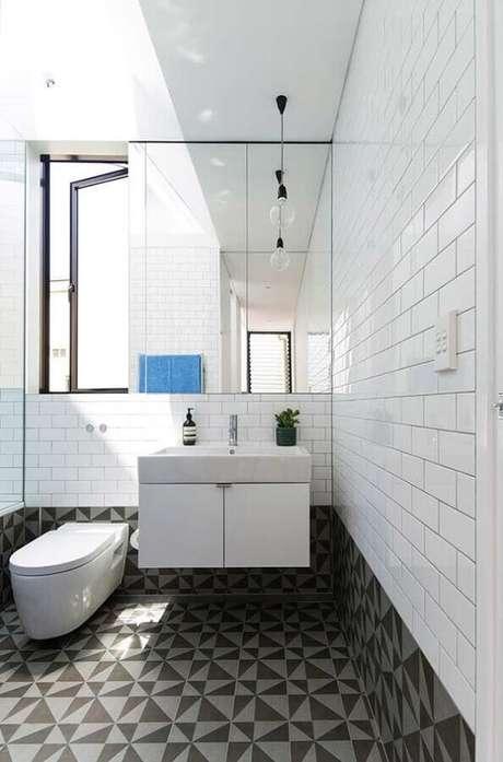 11. Azulejo para parede de banheiro decorado com piso geométrico cinza. Foto: Architizer